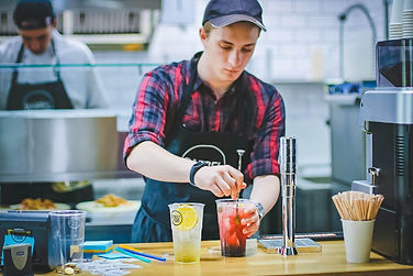 homme-prépare-boissons-bar-job-étudiant