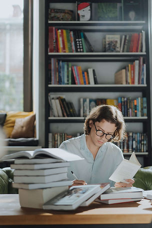 étudiant-réflexion-en-bibliothèque
