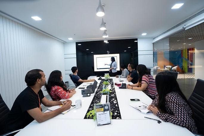 réunion-femme-tableau-ordinateur-organisation