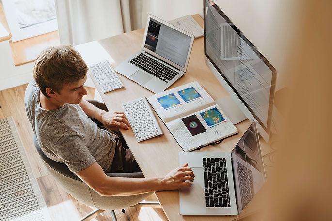 homme-étudie-ordinateurs-livre-cours
