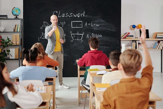 professeur-tableau-classe-élèves-école