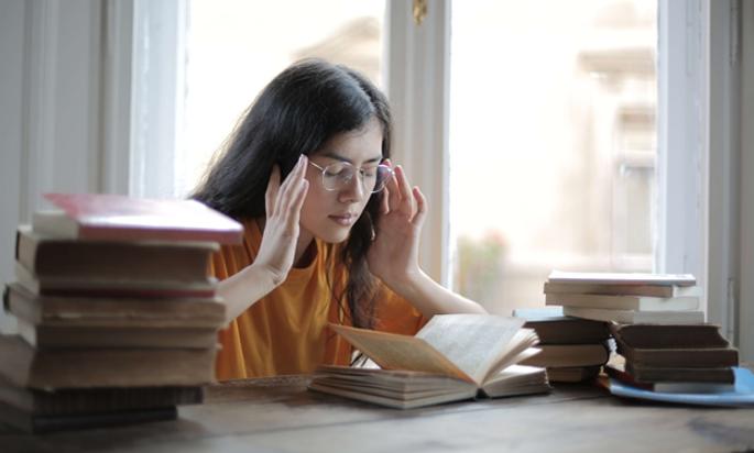 étudiante-lycéenne--réviser-concours-bac-livres