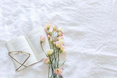 livre-lit-fleurs-lunettes-quarantaine