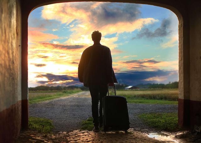 garçon-étudiant-valise-chemin-part
