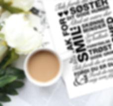 Billede af en kaffekop, blomster, og en plakat til din bedste veninde