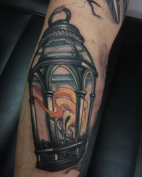 Татуировка на предплечье, фонарь с свечой