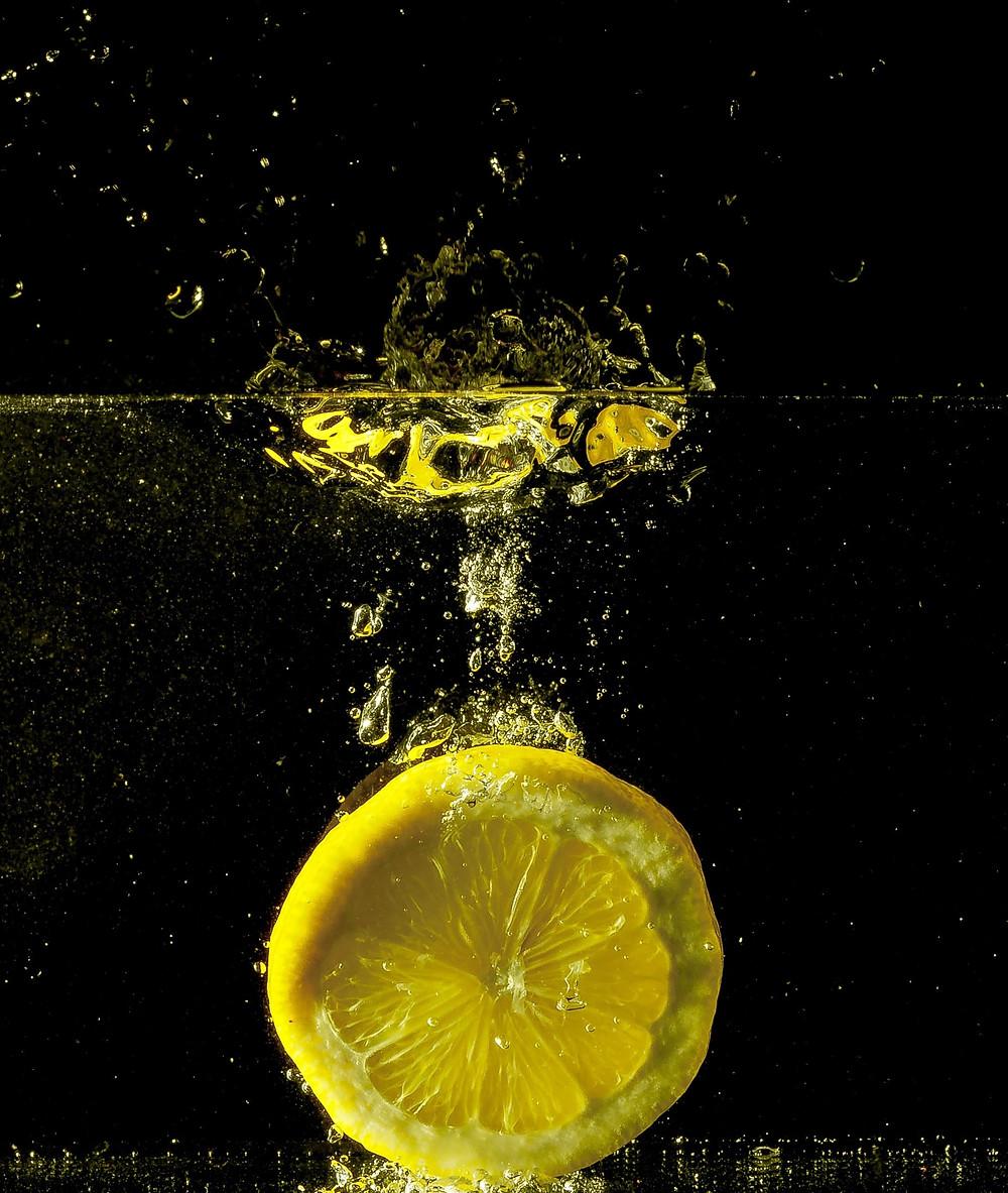 Metade de limão a a cair na água