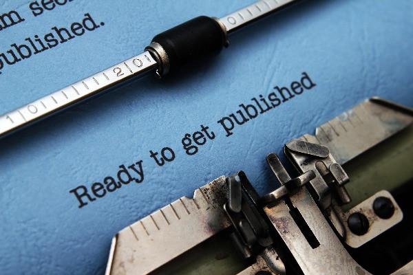 Redator freelancer escrevendo