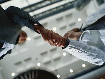 Ejecutivos dando apretón de manos