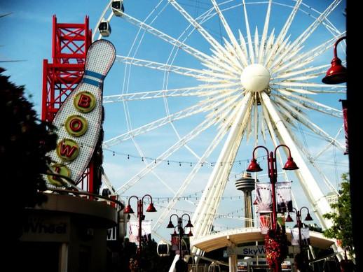 Ferris Wheel at the Falls: Canada