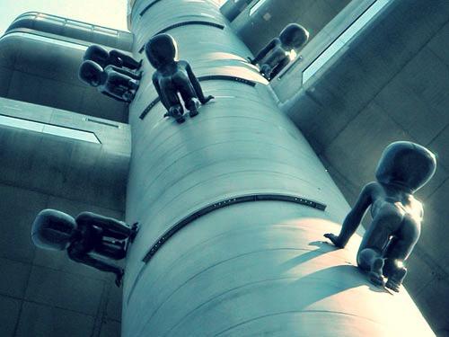 david cerny crawling baby sculptures climbing tower
