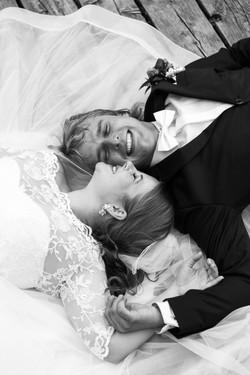 Mladomanželia na posvadobnom fotografovaní