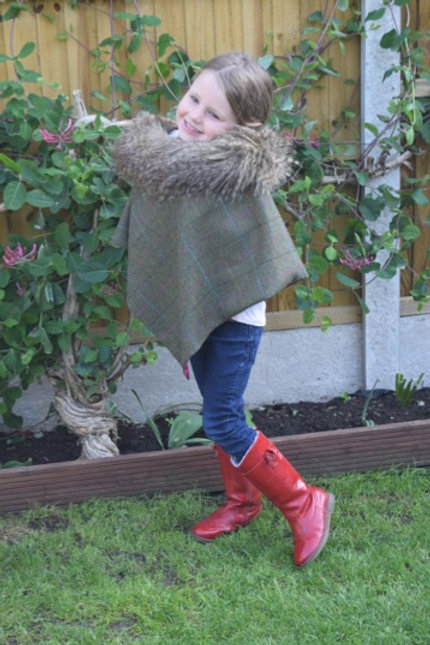 Anna Junior English Tweed Cape