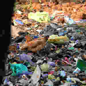 Terminant sa vie en micro-particules, le plastique se retrouve partout, à commencer dans votre estomac. Tant que nous l'achetons, une entreprise qui le fabrique n'a aucune raison de changer. C'est même sa vocation que de répondre à la demande. Du coup, seule solution, arrêter d'en demander!