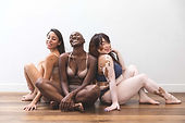 Lichaam positiviteit-vrouwen vrienden poseren in lingerie