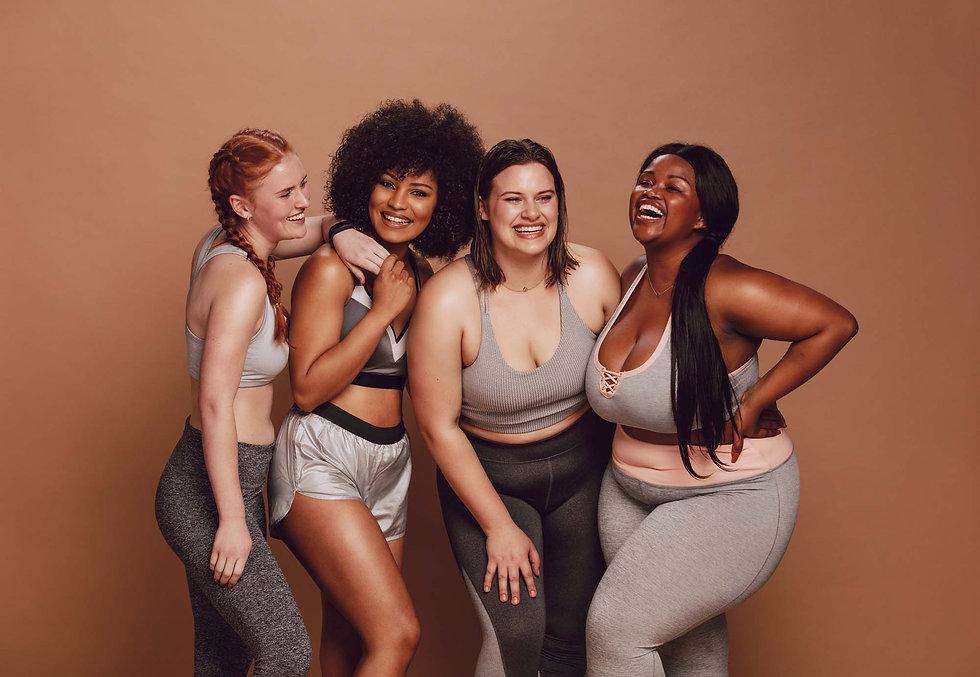 Verschillende positieve vrouwen lachen samen