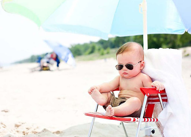 babysestting-on-the-chair-on-the-beach-w