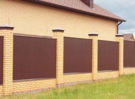 Забор с кирпичными колоннами