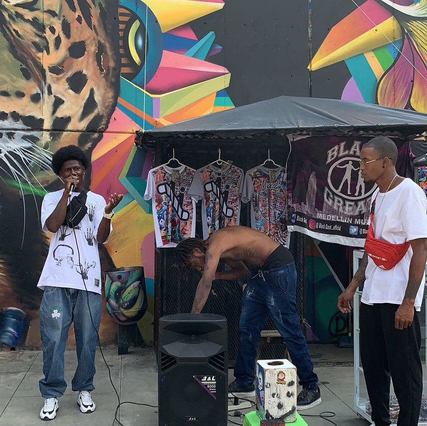 street performs in comuna 13