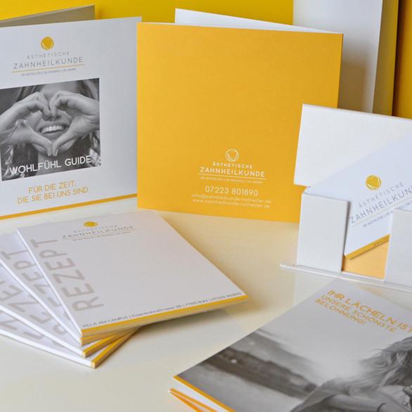 Pünktlich zum Umzug der Zahnarztpraxis Dr. Nothelfer aus Bühl, erscheinen auch Logo, Flyer, Visitenkarten, Briefbogen und Blöcke in neuer Farbe und neuem Glanz. Beate Nothelfer hat sich für die Farbe Gelb entschieden, passend zum ganzheitlichen Konzept der Praxis, bei der auch der Mensch und seine Gesundheit im Mittelpunkt stehen. Gelb steht für Licht, Wachheit, Kreativität, Freundlichkeit, Optimismus, Lebensfreude und Sonne. Auch in den neuen Räumlichkeiten der Villa am Campus wird sich diese Farbe wiederfinden.