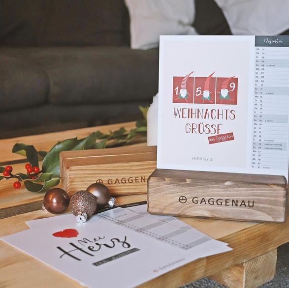 Gaggenauer Jahreskalender 2021 mit speziellen Gaggenauer Motiven und Illustrationen. Hucks Holzkischdl aus Sulzbach hat den tollen Aufsteller aus heimischen Tannen und Fichten gezaubert :)
