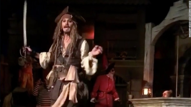 Depp surprises guests by acting like an animatronic at Disneyland!