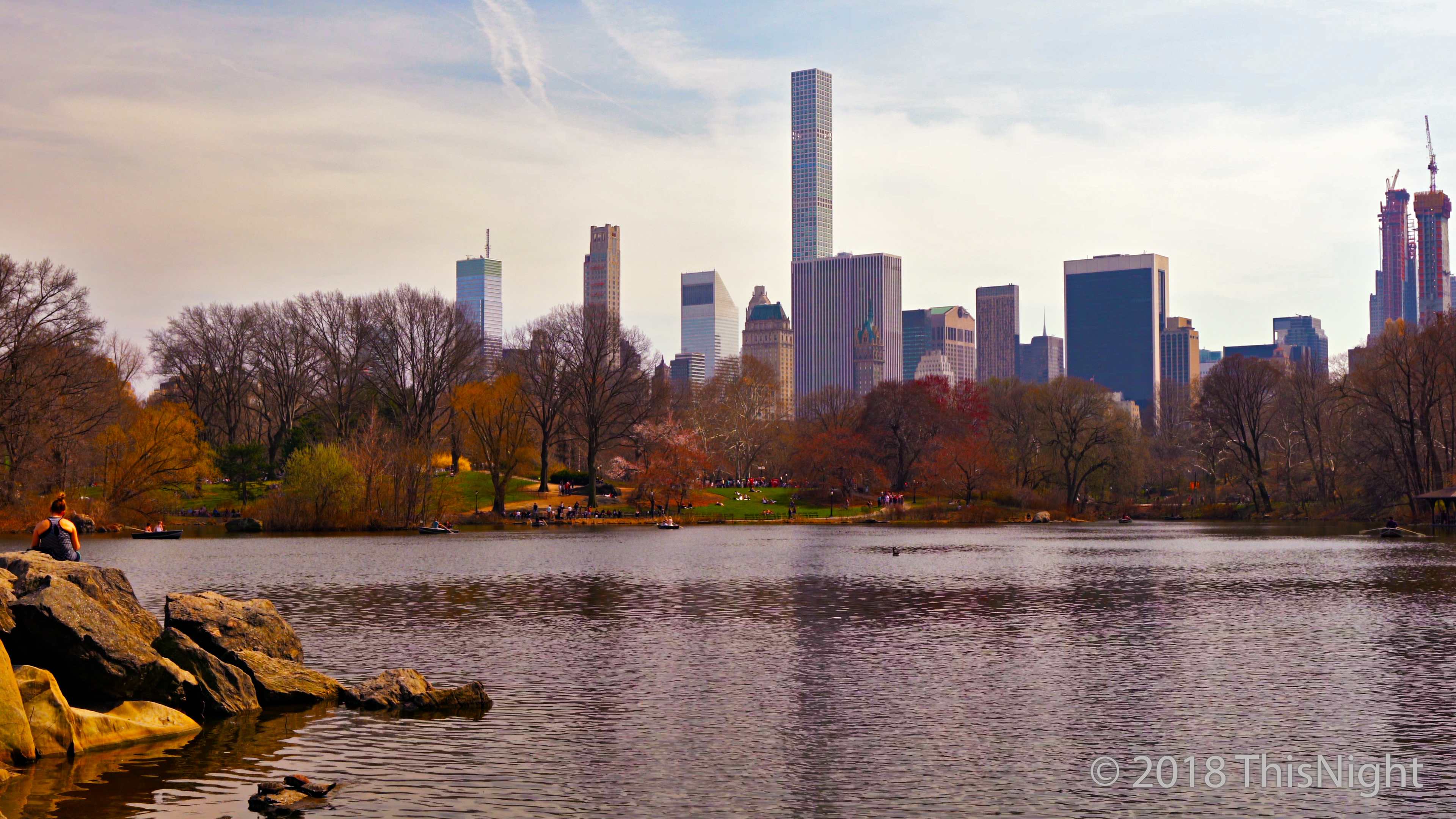 Lake Central Park. Manhattan skyline