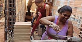 Arquitectura en la Periferia: mujeres enseñando a mujeres a construir sus casas-Brasil