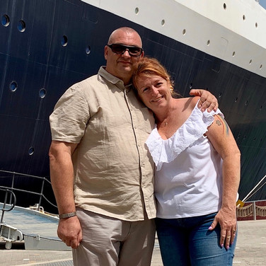 Neil & Amanda (QE2 side) avid travellers who also love exploring the UAE too.