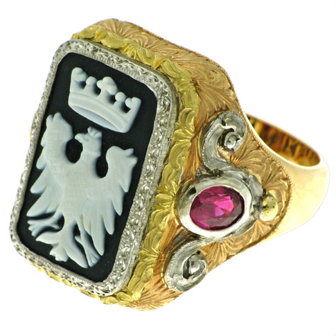 Coat of arms ring. 18K gold in various colours. Bicoloured agate and rubies.