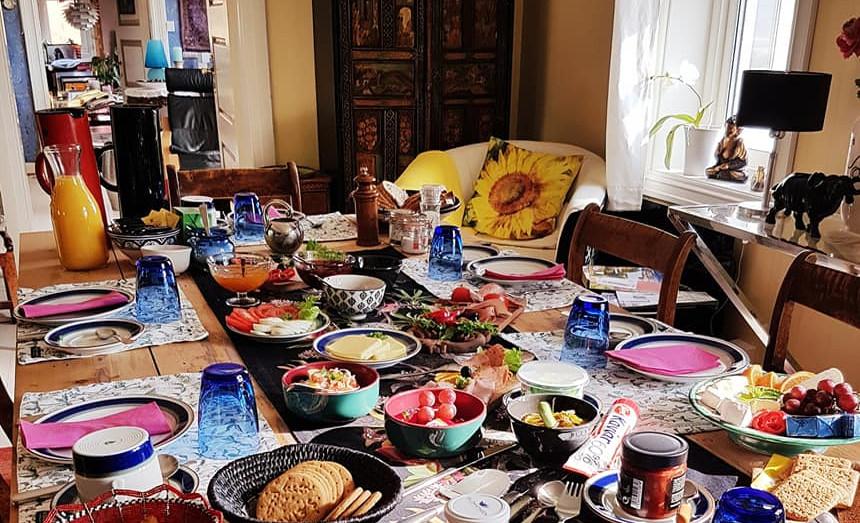Bondegårdsfrokost servert på kjøkkenet på Faarlund.