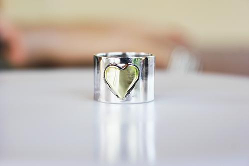 Λιτό και minimal ασημένιο  δαχτυλίδι με χρυσαφί καρδιά   D89