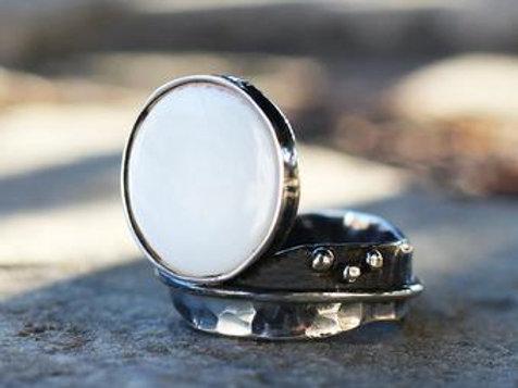 Ασημένιο  δαχτυλίδι με White sea shell  D18