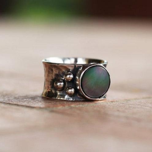 Ασημένιο  δαχτυλίδι με black sea shell  D24