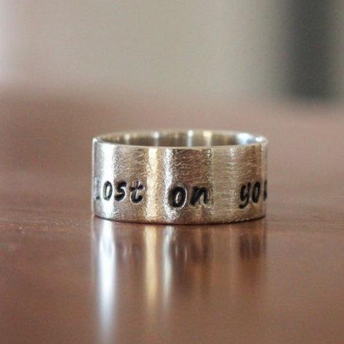 Στενό Ασημένιο δαχτυλίδι με κείμενο της  επιλογής σας-stacking rings  D30