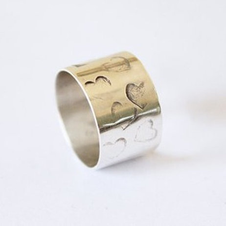 Ανάγλυφες καρδιές  ασημένιο δαχτυλίδι D69