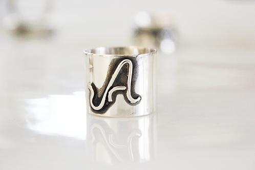 Ασημένιο φαρδύ δαχτυλίδι- μονόγραμμα D74