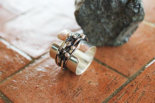 Φαρδύ ασημένιο δαχτυλίδι που χωρίζεται σε δύο ξεχωριστά δαχτυλίδια
