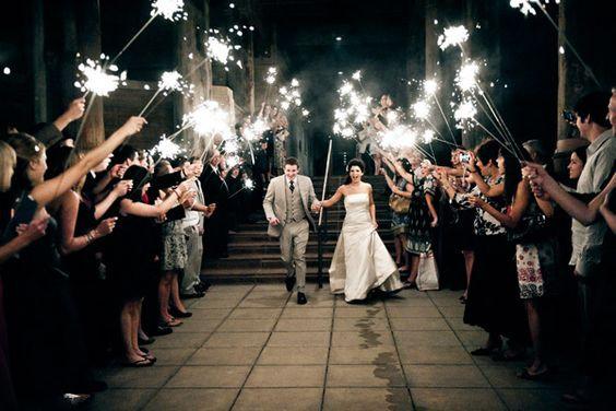 Une jolie haie d'honneur grâce aux invités qui tiennent leurs cierges magiques pour illuminer la sortie d'église des jeunes mariés !