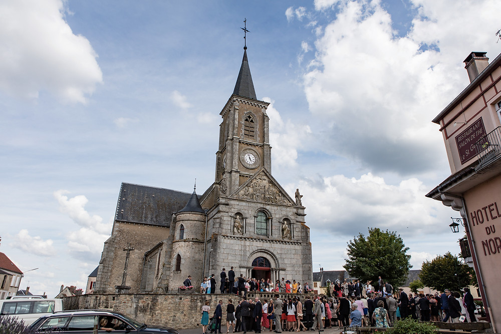 Sortie des mariés sur le parvis de l'église de Quarré-les-Tombes (Yonne)