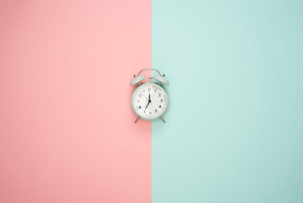 Reloj en rosa y verde pastel
