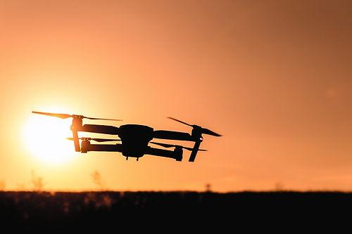 drone volando atardecer