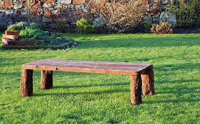 mueble en jardín verde