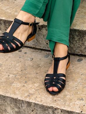 black_sandals_swivells.jpg