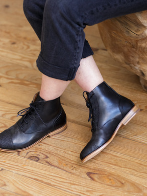 black_boots_swivells.jpg