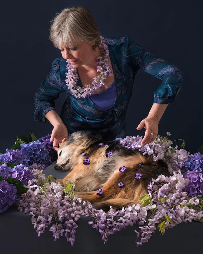 Liefde is, haar met bloemen bedekken