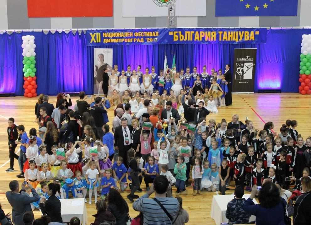 България танцува