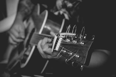 Человек играет на гитаре