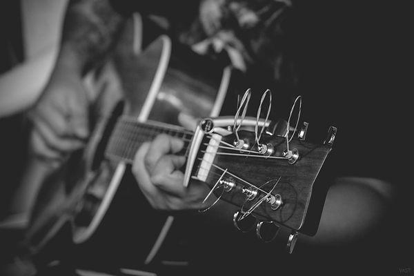 남자는 기타 연주
