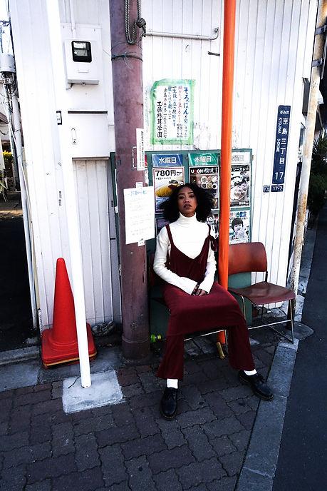 赤ワンピ椅子1_2020-03-08 13-59-28.jpg
